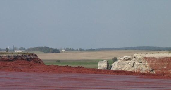 Węgierskie władze są przekonane, że pękająca tama zbiornika w zakładach aluminiowych w miejscowości Ajka zostanie przerwana. Robią wszystko, by czerwony szlam po raz drugi nie zalał dwóch miejscowości. W okolicach wsi Kolontar i Devescer trwa budowa gigantycznego zbiornika, który ma pomieścić całą zawartość pękającego basenu, tj. ok. 7 mln ton chemikaliów.