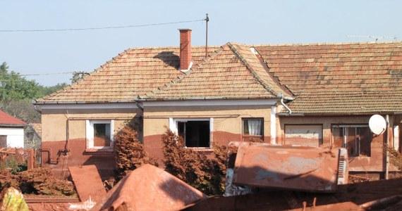 Mieszkańcy węgierskiego Kolontaru nadal nie mogą wrócić do swoich domów; część z nich mieszka w szkołach i w centrum sportu w mieście Ajka. W sobotę z tej wsi ewakuowano 750 osób z obawy przed kolejną falą czerwonego błota z pękającego zbiornika. Do zamkniętej miejscowości dotarł wysłannik RMF FM Piotr Glinkowski.