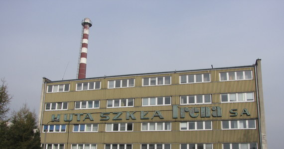 """W Inowrocławiu trwa dramatyczna walka o hutę szkła """"Irena"""" i byt ponad 400 jej pracowników. Jeśli w ciągu tygodnia do zakładu nie popłynie gaz, huta może przestać istnieć. Dostawy paliwa odcięto zadłużonej na dziesiątki milionów złotych fabryce na początku października. Huta walczy o ich przywrócenie, bo wciąż są zamówienia na jej produkty. Na to jednak PGNiG nie chce się zgodzić."""
