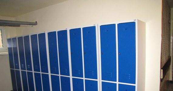 Kontrowersyjny pomysł krakowskiego gimnazjum w sprawie szkolnych szafek na książki. Rodzice za 150 zł mogą kupić boks do szatni, w którym uczeń będzie mógł przechowywać podręczniki. Opłata pobierana jest raz na trzy lata. Jak mówi w rozmowie z reporterem RMF FM dyrektor gimnazjum Barbara Chmura, decyzję podjęli rodzice.