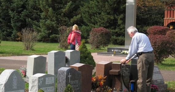 Nie mogą przyjść na groby bliskich 1 listopada, dlatego odwiedzają je w weekend. Polacy mieszkający w Stanach Zjednoczonych, którzy w poniedziałek muszą iść do pracy. W USA zmarłych wspomina się w maju, ale nasi rodacy nie zapominają o bliskich, którzy odeszli.