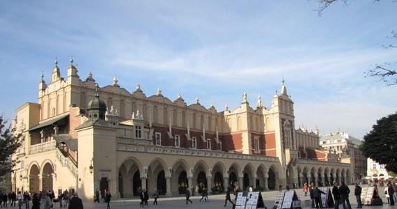 """Brukselski Grand Place najpiękniejszym rynkiem w Europie - uznał holenderski portal turystyczny. Redakcja wybrała 20 placów, na które mogli głosować użytkownicy. Oceny dokonywano po obejrzeniu sześciu zdjęć. Rynek Główny w Krakowie znalazł się w pierwszej """"10"""" zestawienia."""