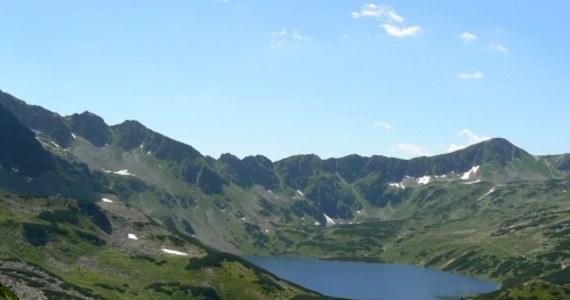W Dolinie Pięciu Stawów Polskich w Tatrach będzie można wypożyczyć sprzęt do turystki zimowej. Od grudnia turyści będą mogli szusować na nartach skitourowych w sercu Tatr albo chodzić w rakietach śnieżnych po zamarzniętych stawach.