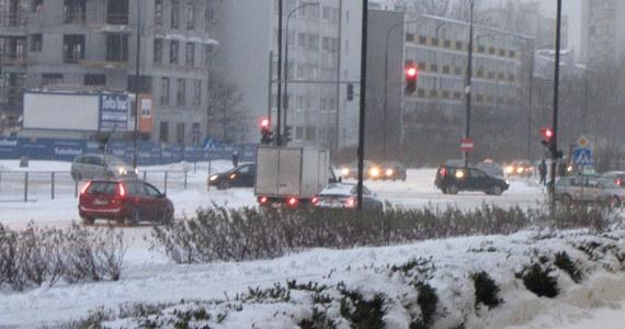 W Warszawie od samego rana doszło do 30 kolizji i 4 wypadków drogowych. Warunki są bardzo trudne. Ulice są zasypane, śliskie. Kierowcy jeżdżą bardzo wolno. Policja apeluje, by w miarę możliwości korzystać z komunikacji miejskiej. Choć i ta - jak się okazuje - ma gigantyczne problemy.