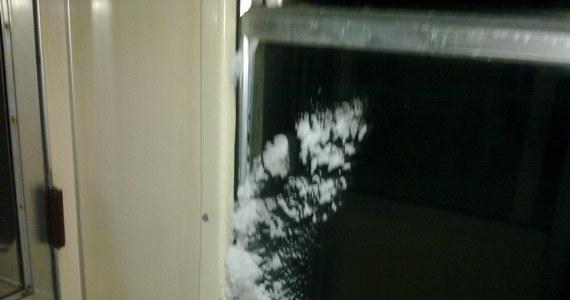 Mróz i śnieżyce unieruchomiły w czwartek wiele pociągów w całej Polsce. Niektóre składy były opóźnione nawet kilka godzin. Jak się okazuje te, które wyjechały na trasy nie zawsze były przygotowane do podróży. Zdjęcia otrzymaliśmy na Gorącą Linię RMF FM od Przemka.