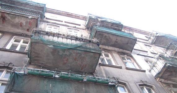 Właściciele prywatnych kamienic w Poznaniu nie są zainteresowani programem renowacji fasad. Urzędnicy chcą zwolnić z podatku od nieruchomości każdego właściciela, który przed EURO 2012 poprawi wizerunek swojego budynku. Program działa już miesiąc. Żaden kamienicznik się jednak nie zgłosił.