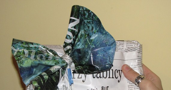 Jak zapakować prezent nie tylko atrakcyjnie, ale także ekologicznie? Najlepiej w zwykły szary papier.  Przyda się także odrobina wyobraźni, no i czasu. Prezent w opakowaniu przygotowanym własnoręcznie naprawdę zyskuje na wartości.