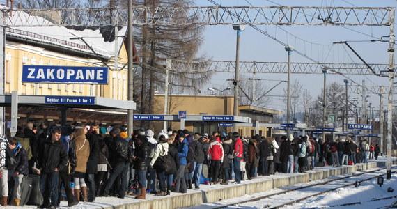Posylwestrowe wyjazdy z Zakopanego rozpoczęły sie na dobre. Na zakopiance ustawił się już kilkukilometrowy korek. Tłoczno jest również na zakopiańskim dworcu - wielu turystów liczyło, że jeśli pojawią się wcześniej, na kilkadziesiąt minut przed podstawieniem pociągu, to uda się zająć miejsce w wagonie.