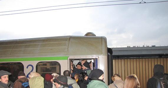 Na kolei trwa dramat związany z falą powrotów po świętach i Sylwestrze. Na Gorącą Linię RMF FM dostajemy coraz więcej sygnałów o przepełnionych pociągach, do których nie da się wsiąść. Rzeczniczka PKP Intercity uważa, że taka kumulacja powrotów to rzecz normalna i nic na nią nie można poradzić.