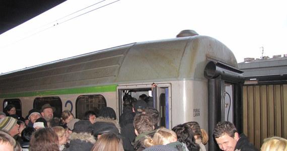 Polska kolej w najmniejszym stopniu nie zdała egzaminu z przewozu pasażerów po świętach i sylwestrze. W niedzielę wrażenia na nikim nie robiły już spóźnienia. Składy były wypełnione pasażerami po brzegi, oczekujący na pociąg, oglądali jak odjeżdża i czekali na kolejny, a ci, którzy ruszyli w podróż, spędzili ją w przejściu między wagonami lub w toalecie.