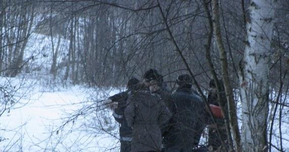 Ciało dziewczynki znalezionej w lesie w Chlewiskach w Kujawsko-Pomorskiem na razie nie zostanie pokazane rodzinie zaginionej Eweliny - dowiedział się reporter RMF FM Tomasz Fenske. Wiele wskazuje na to, że chodzi o poszukiwaną od miesiąca 14-latkę ze Służewa. Wyjaśnią to jednak dopiero testy DNA.