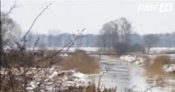 Kilkanaście domów i budynków gospodarczych we Włostowicach koło Piątku w Łódzkiem jest zagrożonych podtopieniami. Gospodarstwa toną w wodzie, bo dwa dni dodatnich temperatur spowodowały silne roztopy w centrum Polski.