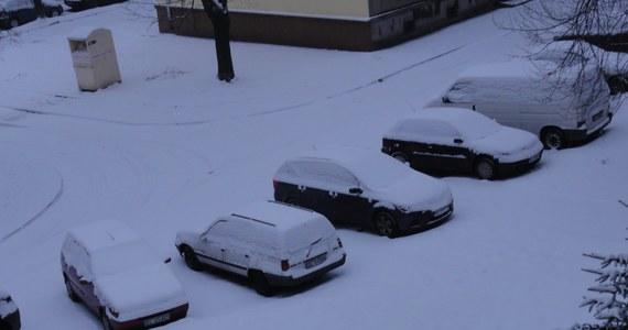 Kilkanaście centymetrów śniegu, które spadły w nocy, sparaliżowały Łódź. Ulice są białe i śliskie - informuje reporterka RMF FM Agnieszka Wyderka.