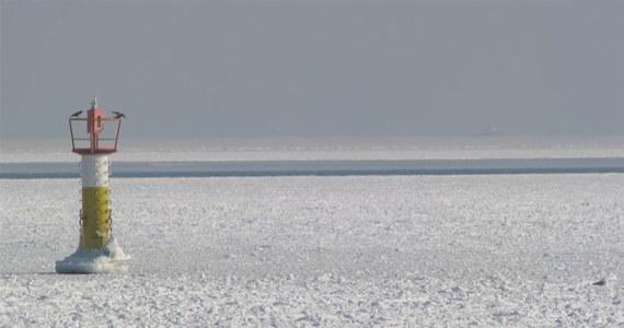 Na skutej lodem Zatoce Gdańskiej pękło ogromne pole lodowe. Szczelina biegnie wzdłuż plaż Gdańska i Sopotu. Nie odstrasza to jednak spacerowiczów, którzy wchodzą na lód. Nie ma niestety przepisów, które zabraniają chodzenia po zamarzniętym morzu.