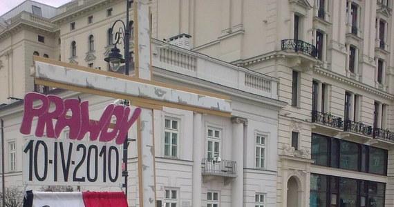 Od rana przed Pałacem Prezydenckim zgromadzą się ludzie. Mają ze sobą flagi narodowe przepasane kirem, krzyże, pojawił się też model rozbitego prezydenckiego samolotu. Otoczenia Pałacu pilnuje policja i straż miejska.