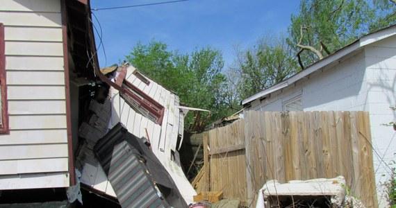 Potężny front burzowy przeszedł wzdłuż rzeki Missisipi przez kilka amerykańskich stanów - poinformowała telewizja CNN. W sumie odnotowano 29 tornad, które niszczyły domy i przewracały drzewa. Na razie nie ma informacji o zabitych, czy rannych.