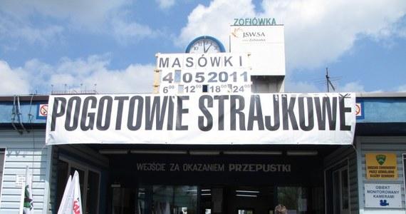 We wszystkich kopalniach Jastrzębskiej Spółki Węglowej rozpoczął się strajk włoski. Rano przeprowadzono masówki, podczas których związkowcy poinformowali załogę o postępie negocjacji z zarządem spółki oraz resortami skarbu i gospodarki.