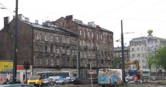 Nie ma pieniędzy, nie ma czasu i zabrakło lepszego pomysłu, dlatego w Warszawie rozpoczęło się prowizoryczne upiększanie miasta przed Euro 2012. Wielkopowierzchniowe reklamy i płachty materiału zasłonią część zniszczonych kamienic, a nawet jeden z mostów - most kolejowy.