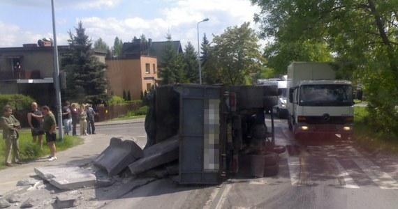 W Mysłowicach na drodze nr 934 przewróciła się ciężarówka. Z auta wysypały się materiały budowlane, w tym metalowe rury. Policja wprowadziła w tym miejscu ruch wahadłowy. Jak napisał na Gorącą Linię RMF FM Łukasz, tworzą się spore korki.