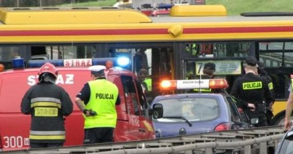 Dziewięć osób, w tym czworo dzieci, wciąż jest w szpitalach po wczorajszym wypadku autobusu na warszawskim Mokotowie. Pojazd zjechał ze skarpy, potem uderzył w barierkę. W sumie rannych zostało 38 osób. Na taśmie zabezpieczonej przez policję jest nagranie z ostatnich minut przed wypadkiem.