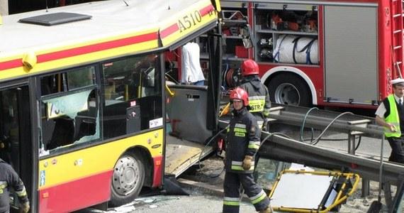 Kierowca autobusu, który w sobotę miał wypadek w Warszawie, ze świadka może stać się podejrzanym - ustalił reporter RMF FM Mariusz Piekarski. Prokuratorzy podkreślili, że w związku z tym może odmówić składania zeznań. Autobus zjechał z ulicy na skarpę i zsunął się z niej na ruchliwą ulicę. W szpitalach nadal jest 7 osób, w tym troje dzieci i kierowca.