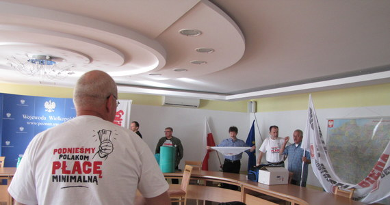 Dziewięciu mężczyzn i jedna kobieta spędzili noc w urzędzie wojewódzkim, w ten sposób wymuszając na wojewodzie zwołanie w trybie pilnym Wojewódzkiej Rady Dialogu Społecznego. Wojewoda Piotr Florek ustalił termin posiedzenia dziś, na 10.