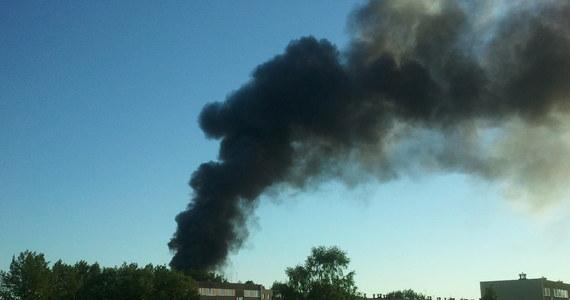 Strażacy opanowali pożar fabryki aerozoli w Chrzanowie. Ranne zostały dwie osoby - pracownik zakładu i mieszkanka pobliskiego osiedla. W ostatniej chwili udało się zapobiec eksplozji ciśnieniowych zbiorników z gazem. Słup dymu widać było z odległości kilku kilometrów.  Dla bezpieczeństwa ewakuowano około 160 mieszkańców okolicznych domów.