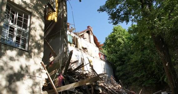 20 milionów złotych - tyle potrzebuje Kazimierz Dolny na remont szkoły, w której rano 31 maja wybuchł gaz. Nikomu nic się nie stało, bo w budynku nie było dzieci, a portier pracował na zewnątrz. Teraz miasto nie jest w stanie udźwignąć takiego ciężaru finansowego.