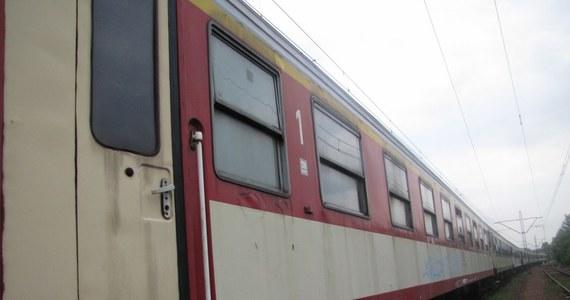 Noclegownia dla bezdomnych, miejsce schadzek i spotkań grafficiarzy - do tego służą wagony pozostawione na bocznicy w Krakowie-Mydlnikach. 25 z nich zamiast wozić pasażerów od ponad pół roku oczekuje na naprawę rewizyjną.