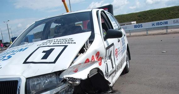 Robert Kubica mógł wyjść z wypadku bez szwanku - oceniają eksperci, którzy obserwowali rekonstrukcję zdarzenia na torze testowym w Inowrocławiu. W crash-teście rozbito taki sam model auta, jakim jechał Kubica. Jednak w przeciwieństwie do wypadku we Włoszech, barierka była zamontowana prawidłowo.