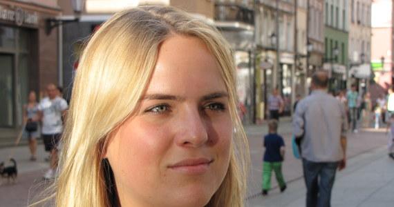 """""""W Polsce nauczyłam się tego, że nie można mieć uprzedzeń i trzeba być otwartym na inną kulturę"""" - wyjaśnia Szwedka Gabriella Olsson, na co dzień mieszkająca w Londynie, która przyjechała do Torunia w ramach Misji 21 - wspólnego projektu """"Gazety Wyborczej"""" i RMF FM. Studentka zauważa, że największym problemem dla turystów przyjeżdżających na Euro 2012 może być bariera językowa, bo większość Polaków nie zna angielskiego."""