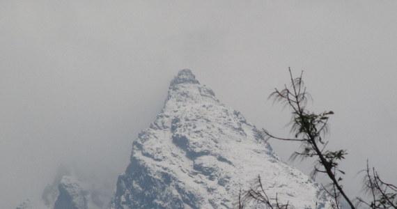 """Osiem centymetrów śniegu nasypało od wczoraj na Kasprowym Wierchu i wciąż przybywa. Na szczycie jest mróz. Biały jest nawet Giewont. Turyści mimo fatalnych warunków, wybierają się w góry. """"Czapki są, rękawiczki są. Nie boimy się zimy"""" - deklarują."""
