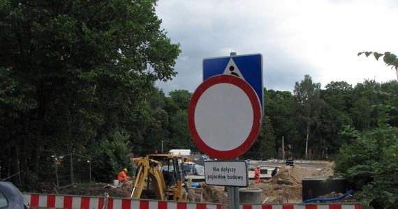 Komunikacyjny horror w Olsztynie trwa. Drogowcy po raz czwarty przełożyli termin oddania do użytku nowego wiaduktu, łączącego centrum miasta z Zatorzem. Stary wiadukt rozebrany został rok temu. W śródmieściu tworzą się gigantyczne korki.