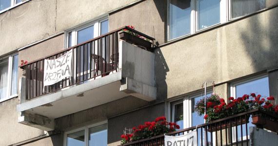 Mieszkańcy ulicy Piotrkowskiej w Łodzi walczą o zielony skwer, który ma zostać zamieniony w parking i apartamentowiec. 30 lokatorów spiera się z 50 ochroniarzami, wynajętymi przez spółdzielnię mieszkaniową. Inwestor już ogradza plac budowy, zajmując część drogi dojazdowej przed blokiem.