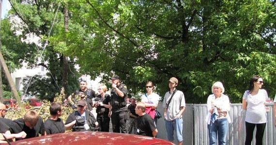 Jeden z mieszkańców bloków przy ul. Piotrkowskiej w Łodzi, który bronił zielonego skweru, został zatrzymany przez policję. W trakcie szarpaniny pomiędzy lokatorami a ochroną, interweniowała policja. Łodzianin uderzył funkcjonariusza. Poturbowanych zostało kilku fotoreporterów. Płot ogradzający zielony skwer zamienił teren w plac budowy.