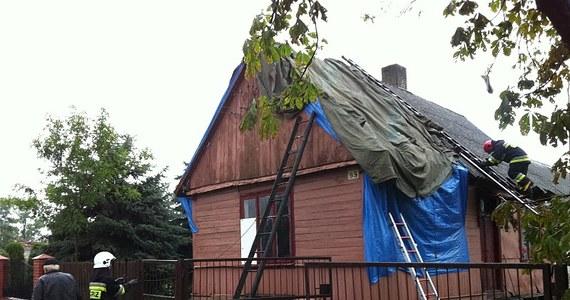 Nawałnice, jakie przetoczyły się przez Łódzkie i Mazowsze uszkodziły prawie 800 dachów. Porywisty wiatr powalił setki drzew i pozrywał linie energetyczne. Tylko w powiecie opoczyńskim w woj. łódzkim wichura zerwała lub uszkodziła dachy ponad 400 budynków mieszkalnych i gospodarczych, łamała drzewa i zerwała linie energetyczne. Zobacz filmy i zdjęcia.