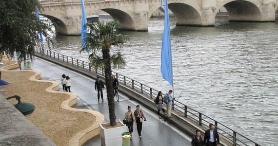 Paryżanie ruszyli na plaże... w kurtkach i swetrach. W strugach deszczu otwarta została sztuczna plaża nad brzegiem Sekwany. Zwieziono na nią sześć tysięcy ton piasku, tropikalne palmy, parasole i leżaki, jednak fatalna pogoda pokrzyżowała plany paryskiego merostwa.