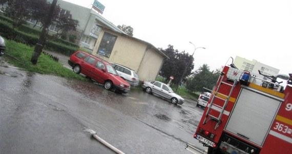 Przejazd kilkoma ulicami w Płocku jest niemożliwy, niektóre miejskie autobusy kursują objazdami. Deszczówka zalała wiadukt przy ulicy Spółdzielczej, pod którym utknęły samochody. Sytuacja jest bardzo poważa, choć strażacy w miarę możliwości wypompowują wodę. Wciąż jest jej jednak pełno.