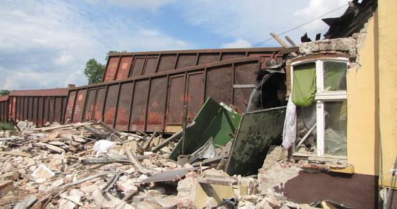 W nocy zakończyła się akcja ratownicza na dworcu kolejowym w Zwierzynie, w który uderzyły wagony pociągu towarowego. W wypadku zginęły trzy osoby. Jego okoliczności wyjaśnia prokuratura.