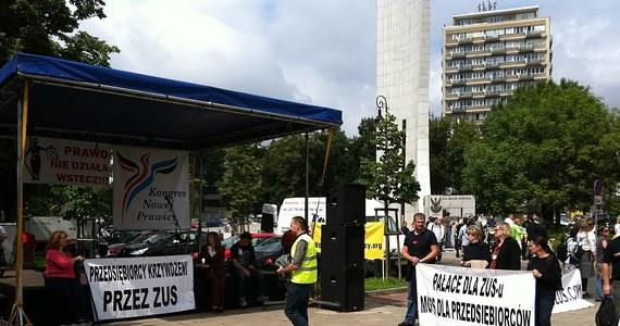 Przed Sejmem protestują dziś przedsiębiorcy, którzy jednocześnie dorabiali jako chałupnicy i płacili budżetowi państwa mniejsze składki. Zakład Ubezpieczeń Społecznych zakwestionował to i zażądał wyrównania.
