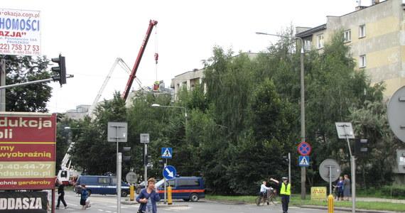 Nawet połowa z 60 mieszkań w bloku przy Wojska Polskiego w Pruszkowie, w którym wieczorem wybuchł gaz, może nie nadawać się do zamieszkania. Cała uszkodzona klatka pójdzie do rozbiórki - usłyszał w urzędzie miasta dziennikarz RMF FM Krzysztof Berenda. Jedna osoba zginęła. Doszczętnie zniszczonych jest osiem mieszkań na trzecim i czwartym piętrze. Ewakuowano ponad 200 lokatorów.