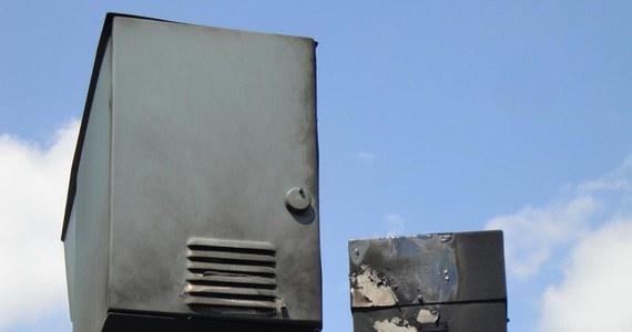 Tylko w lipcu wandale z większym lub mniejszym powodzeniem usiłowali zniszczyć pięć fotoradarów. Do ataków dochodzi w całej Polsce. W miniony weekend takie urządzenie skradziono w Pszczynie. Przecięto też kable zasilające radar. Do tej pory nie udało się złapać żadnych chuliganów.