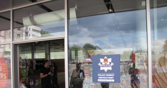 Pierwszy Policyjny Punkt Obsługi Turystów został otwarty w Krakowie. Znajdą w nim szybką pomoc obcokrajowcy, którzy padli ofiarą przestępstw lub znaleźli się w opresji. Pomocy będą udzielać policjanci i wolontariusze, którzy znają kilka języków.