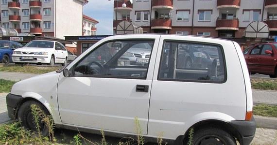 Wraki zajmują miejsca parkingowe w Lublinie. Zdenerwowani mieszkańcy proszą o ich usunięcie spółdzielnię mieszkaniową, a ta straż miejską. Strażnicy są jednak bezradni, bo mogą odholowywać pojazdy tylko z dróg publicznych.