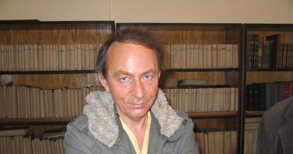 """Sławny francuski pisarz Michel Houellebecq jest w Hiszpanii - twierdzi renomowany francuski portal """"Rue 89"""", powołując się na dobrze poinformowane źródła w tym kraju. Kontrowersyjny literat rzekomo postanowił """"odciąć się od cywilizacji"""" i prowadzić życie w stylu Robinsona Crusoe na łonie natury. Houellebecq zaginął bez śladu trzy miesiące temu."""