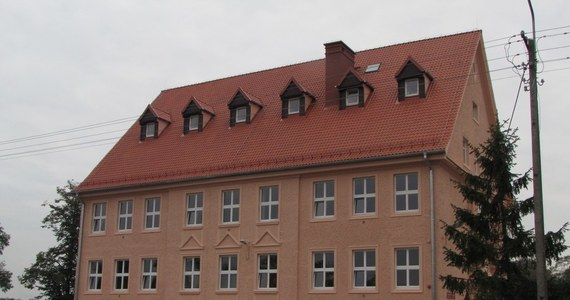 Dziś uroczyste zakończenie remontu zabytkowego gimnazjum w Wielbarku, które spłonęło na początku marca. Odbudowa budynku z 1923 roku kosztowała ponad 3 mln złotych. Na remont pieniądze zbierali nawet tutejsi mieszkańcy.
