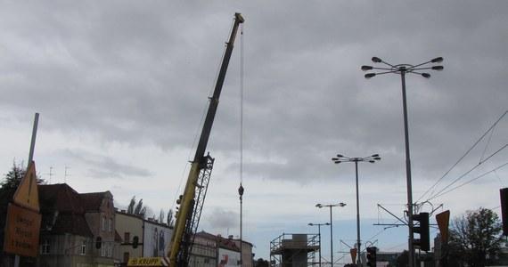 Gdańscy kierowcy w najbliższym czasie muszą liczyć się z utrudnieniami w związku z budową estakady nad Aleją Grunwaldzką. Ponad 120-metrowy obiekt ma stanąć do końca roku.