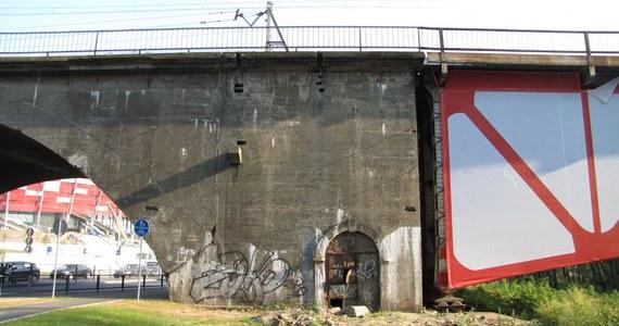 W Warszawie zaczęło się zakrywanie niedoróbek przed Euro 2012. Na moście średnicowym trwa rozwieszanie biało-czerwonej płachty, która przysłoni przerdzewiałą konstrukcję. Prace potrwają dwa tygodnie. Ewentualny remont obiektu zacznie się najwcześniej dwa lata po Euro.