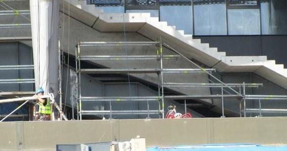 850 tysięcy złotych - tyle będzie kosztować generalnego wykonawcę opóźnienie w oddaniu do użytku wzmocnionych stalową konstrukcją schodów na Stadionie Narodowym. Wzmocnienia miały być gotowe do połowy września, termin został przekroczony o 13 dni.
