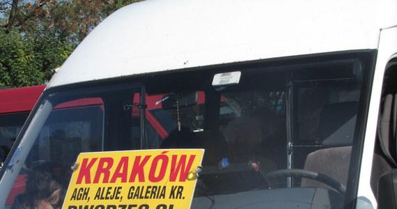 50 groszy więcej zapłacą pasażerowie busów na trasie z Olkusza do Krakowa. Właściciele firm transportowych na ich barki, a raczej portfele, przerzucili koszty wprowadzenia e-myta. Pasażerowie już przeliczają wysokość podwyżki.